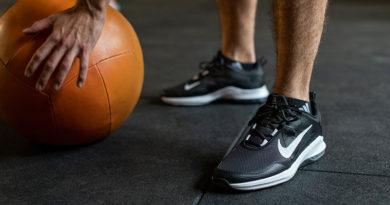 fitnessschoenen naast een slambal