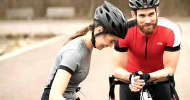 Man en vrouw op wielrenfiets