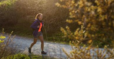 Lachende vrouw wandelt in bos