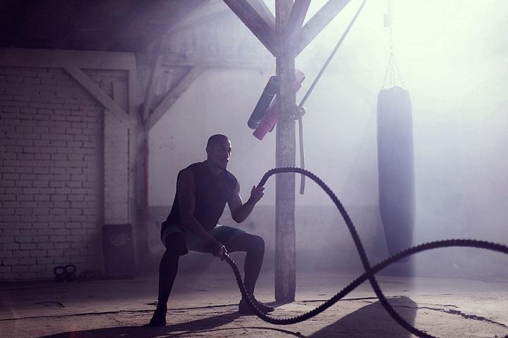 Man bezig met ropes