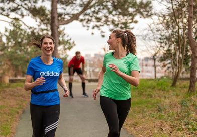 Twee vrouwen die lachend hardlopen