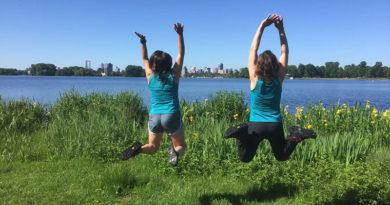 Twee vrouwen springen in gras