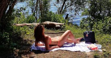 Vrouw in bikini op gras