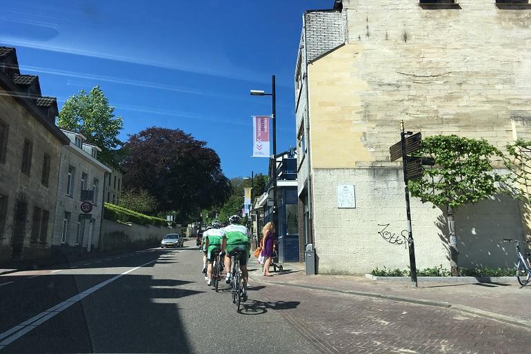 fietsers die cauberg beklimmen