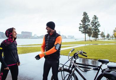 man en vrouw met fietsen