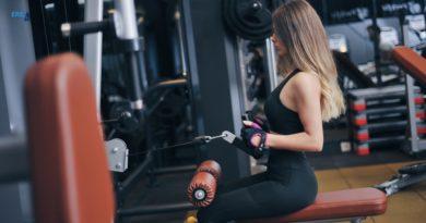 vrouw op fitnessapparaat