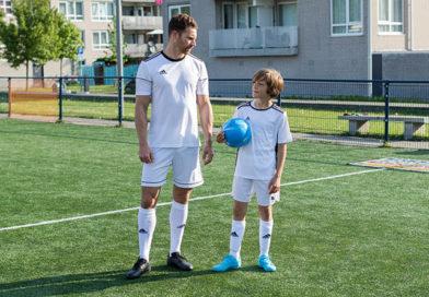 Man en jongen in voetbaloutfit