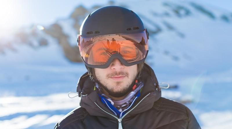 Man met skihelm en bril