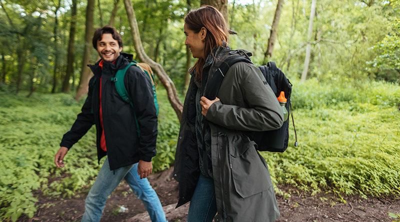 Man en vrouw aan het wandelen
