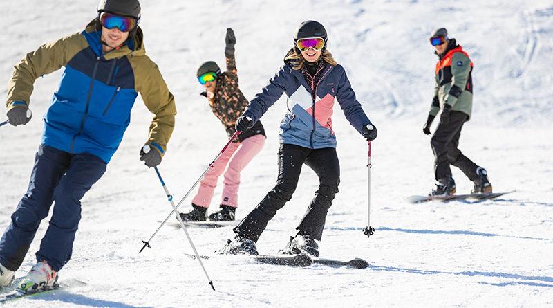 Groep op ski's en snowboard