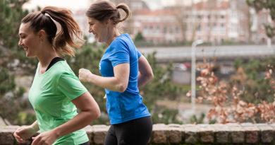 Twee hardlopende vrouwen