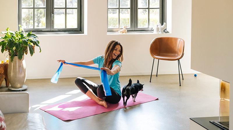 Vrouw met hond op yogamat