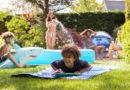 Gezin spelen met water in tuin