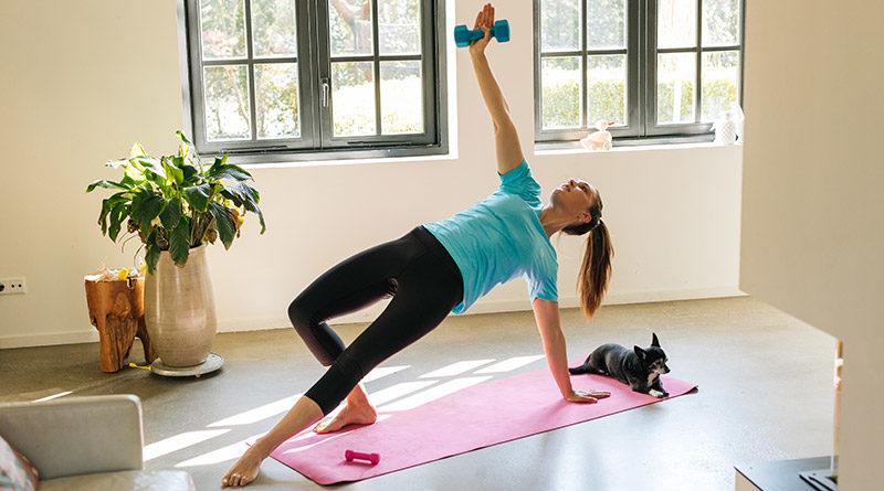 Vrouw op yogamat met gewicht