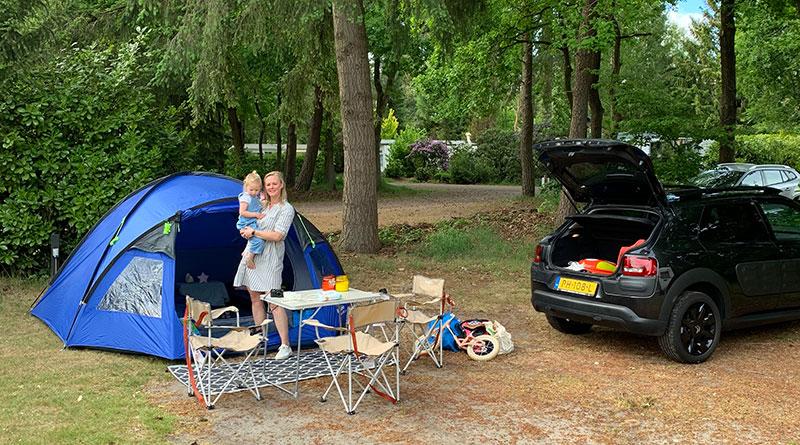 Moeder met kind kamperen