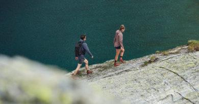 Twee mensen wandelen