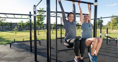 Twee vrouwen aan klimrek