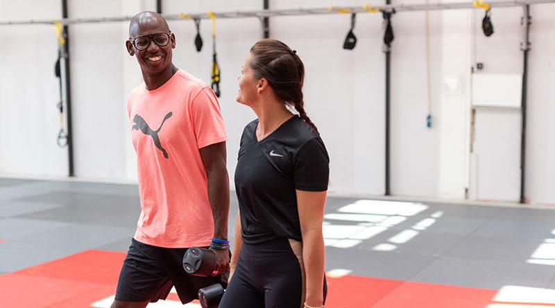 Twee mensen in sportschool